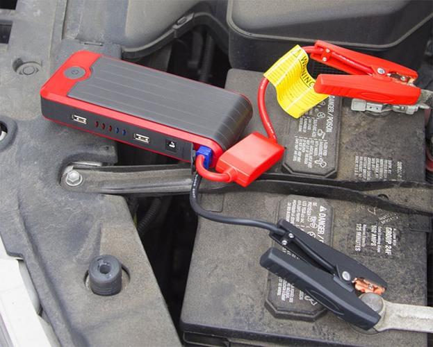 """Пусковое устройство """"JumpStarter Q3"""" легко присоединяется к клеммам автомобильного АКБ зажимами-крокодилами, включенными в комплект поставки"""