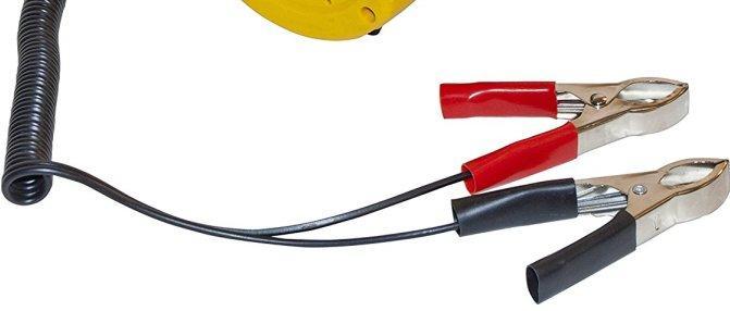 """Насос оснащен проводами с зажимами-""""крокодилами"""" для подключения к аккумуляторной батарее автомобиля"""