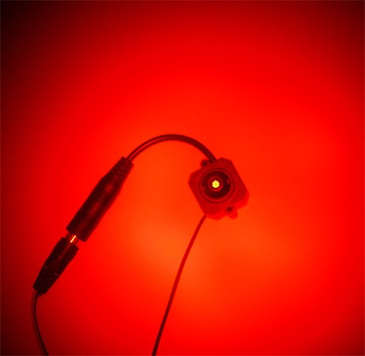 Миниатюрная видеокамера (слева) и вид на нее через объектив детектора (справа)