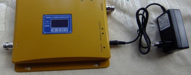 Устройство получает питание от розетки, к которой подключается с помощью комплектного адаптера