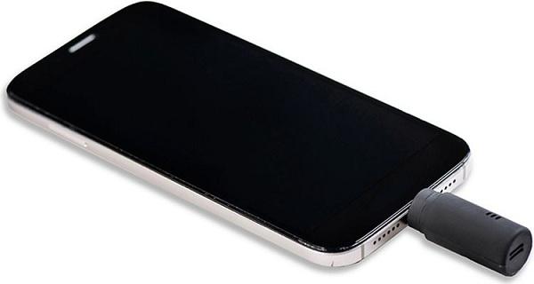 """Алкотестер """"Drink Mate"""", подключенный к смартфону через стандартный порт microUSB"""