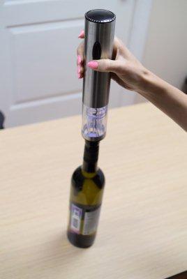 """Процедура откупоривания бутылки вина с электроштопором """"E-Wine S"""" очень проста и занимает всего несколько секунд!"""