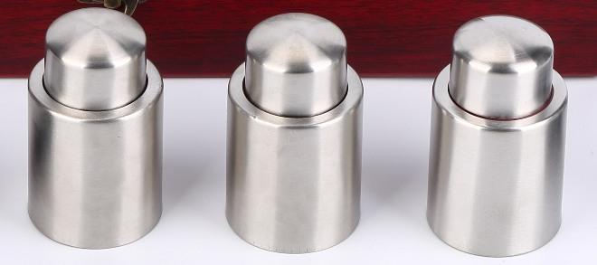 Комплект из трех стальных вакуумных пробок позволит вам хранить вино свежим в трех откупоренных бутылках одновременно