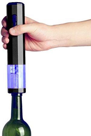 Процедура откупоривания бутылки вина с электроштопором
