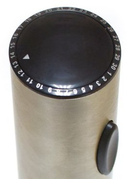 Электроштопор снабжен поворотной шкалой, позволяющей отмечать дату откупоривания бутылки