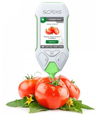 Устройство измеряет содержание нитратов в мякоти плода и сравнивает его со значением, принятым за норму
