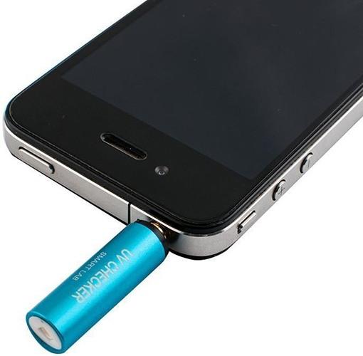 """УФ-радиометр """"FUV-001"""" подключается к смартфону через разъем наушников"""