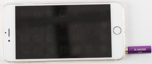 """Люксметр """"FVL-001"""" подключается к смартфону через разъем наушников"""