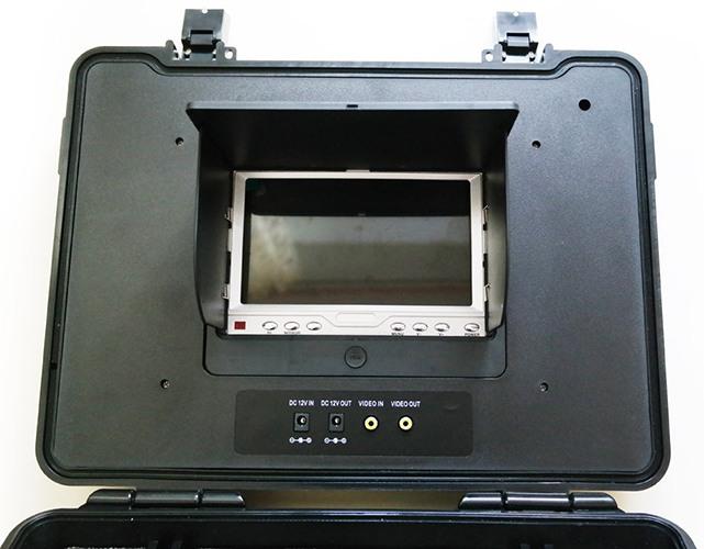 Монитор видеокамеры для рыбалки встроен в крышку кейса