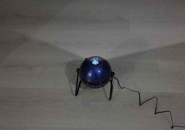 """Фото работающего планетария """"HomeStar Classic"""", установленного на полу"""
