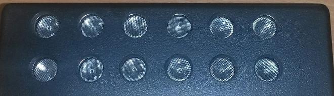 Двенадцать излучателей ультразвука расположены в два ряда на передней панели подавителя