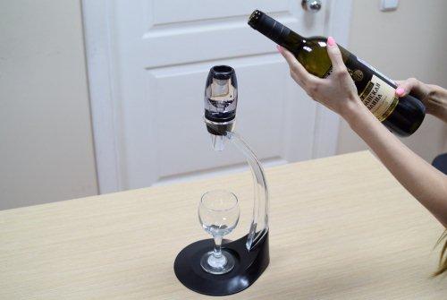 """Благодаря наличию держателя аэратором для вина """"Magic Decanter"""" можно удобно пользоваться даже одной рукой"""