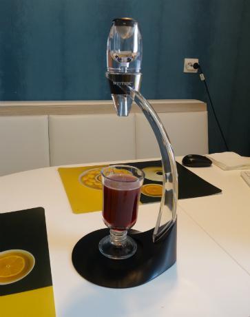 Использование специального держателя значительно облегчает процедуру розлива напитка