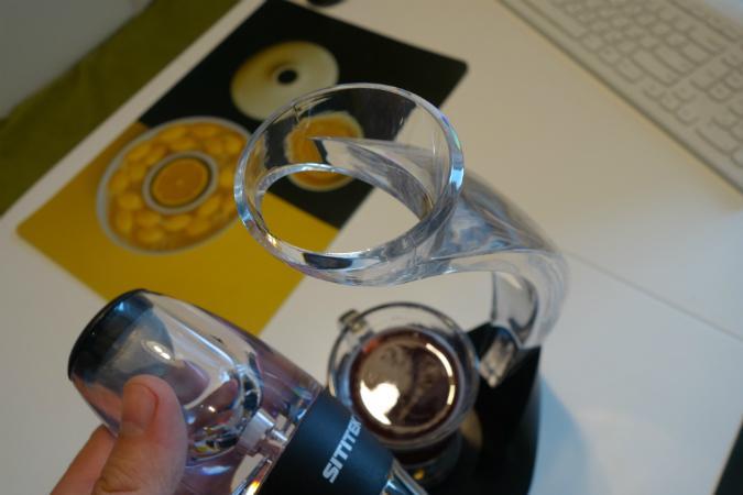 При разливании вина по бокалам вы можете держать аэратор в руке либо установить его на комплектную стойку-держатель