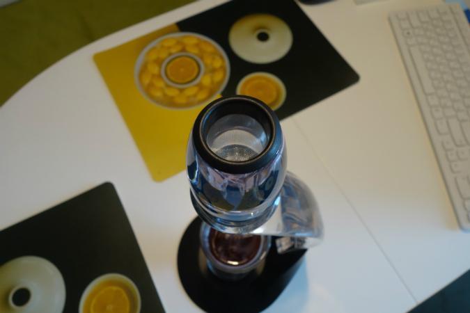 """Аэратор для вина """"Magic Decanter Deluxe"""", установленный на комплектный держатель. Вид сверху"""