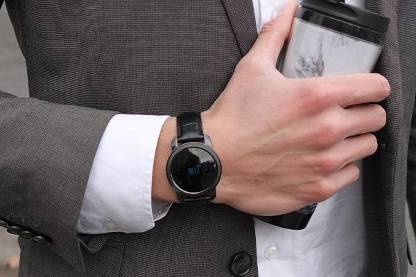 Данный гаджет очень органично смотрится на руке современного делового мужчины, ничуть не уступая признанной классике в виде механических швейцарских часов