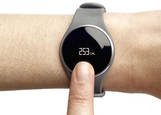 Благодаря круглому сенсорному дисплею часы очень органично смотрятся на руке (нажмите на фото для увеличения)