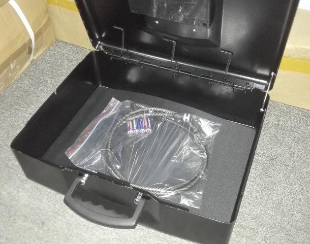 Стальной тросик для крепления сейфа входит в комплект поставки
