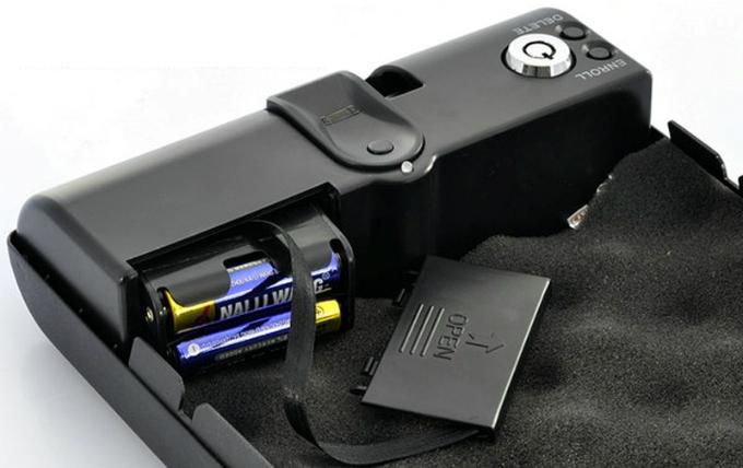 """Данная модель работает от четырех батареек типоразмера """"АА"""", купить которые сегодня можно практически в любом магазине"""