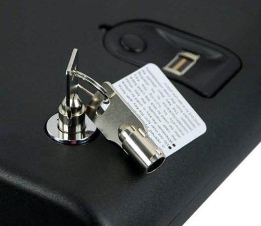 """Стандартная комплектация портативного сейфа """"Ospon 100BLE"""" включает два традиционных механических ключа"""