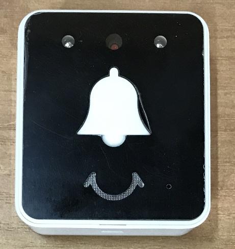 В верхней части устройства расположена подсветка для ночной съемки