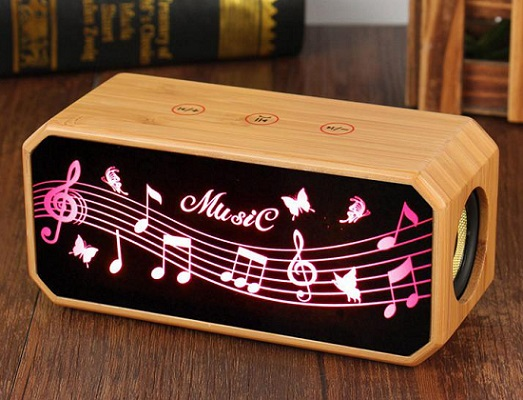 Деревянный корпус в сочетании с продвинутой аудиосистемой позволяют данной колонке звучать очень качественно независимо от жанра проигрываемой музыки