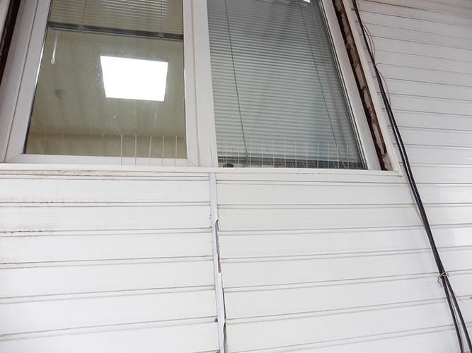 """Шипы модели """"SITITEK Барьер-Премиум 2"""" на карнизе окна: вид 3"""