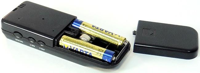 Устройство получает питание от пары мизинчиковых батареек