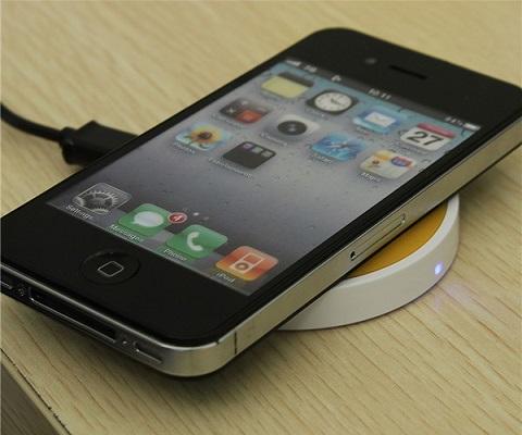 Если смартфон поддерживает технологию Qi, то он автоматически начнет заряжаться, как только вы положите его на платформу