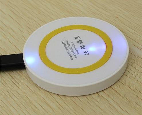 В корпус устройства встроен небольшой светодиодный индикатор, по которому можно определять, когда происходит процесс зарядки