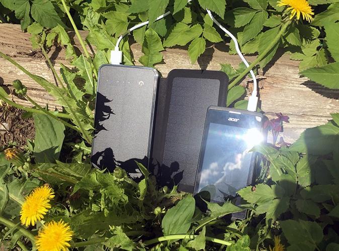 """""""SITITEK Sun-Battery Duos"""" может одновременно заряжать мобильное устройство и подзаряжаться от солнца (нажмите на фото для увеличения)"""