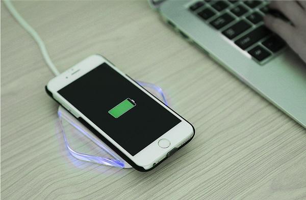 Беспроводная зарядка смартфона ничуть не медленнее обычной проводной и при этом гораздо более удобная