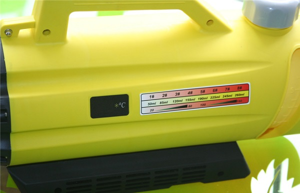 Сбоку на корпусе генератора располагается шкала подсказка с информацией о режимах распыления и мини-дисплей, показывающий текущую температуру раствора