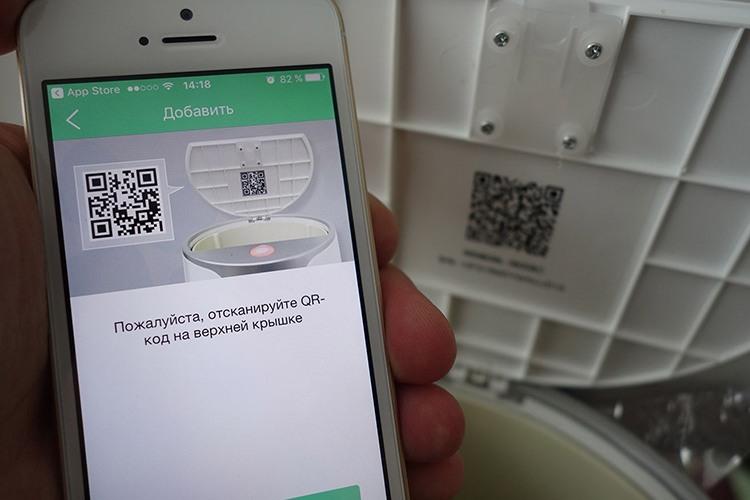 Смартфон легко подключается к кормушке путем сканирования QR-кода на крышке устройства