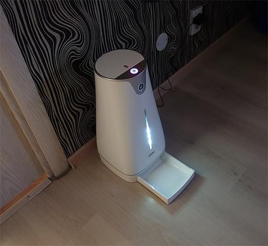 Светодиодная подсветка освещает лоток с кормом в темное время суток