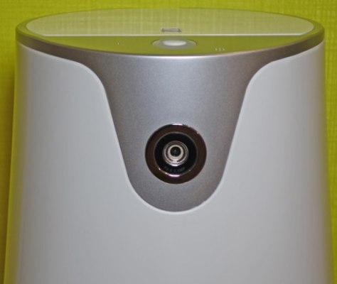Встроенная камера расположена в верхней части прибора и обеспечивает отличный обзор