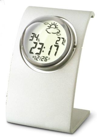На круглом дисплее отображаются измеренные значения температуры и относительной влажности воздуха, текущее время и дата