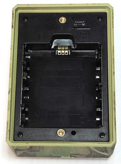 На тыльной стороне прибора под крышкой расположен батарейный отсек, слот для карты памяти и разъем USB для перепрошивки устройства