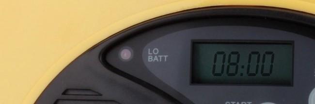 Индикатор заряда алкалиновых батареек располагается слева от ЖК-дисплея