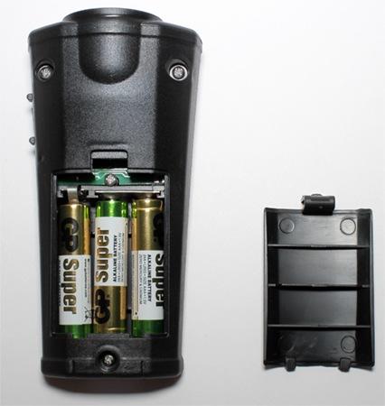 Отсек для батареек расположен в нижней части корпуса изделия