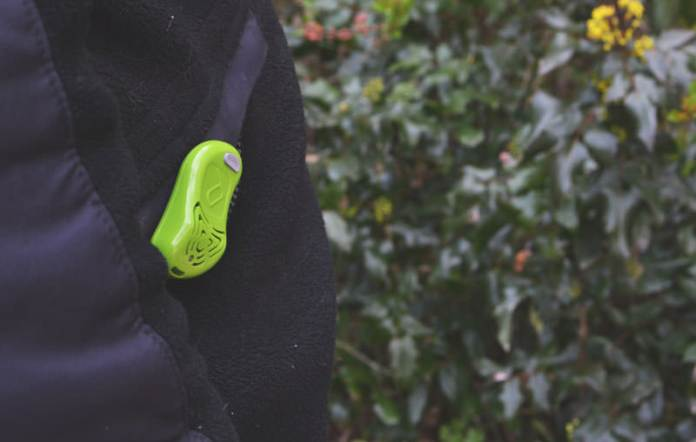 Включите отпугиватель и зафиксируйте его на своей одежде. Надежная защита от кровососов вам гарантирована!