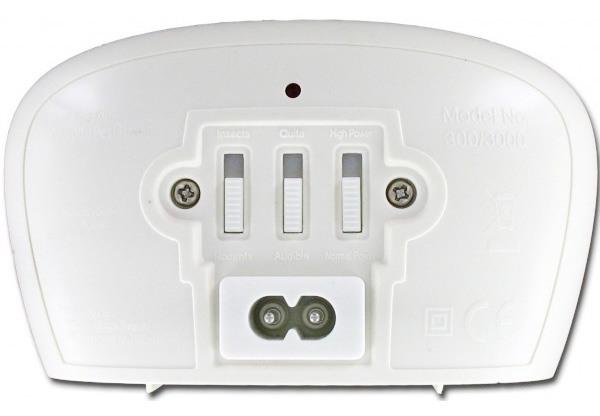 Три переключателя на задней панели корпуса отпугивателя: левый отвечает за режим работы, средний — за частоту ультразвука, правый — за уровень мощности