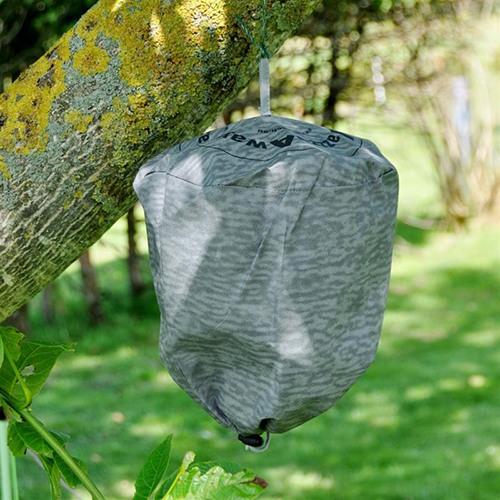 """Отпугиватель ос """"Weitech WK-0432"""" на дереве"""