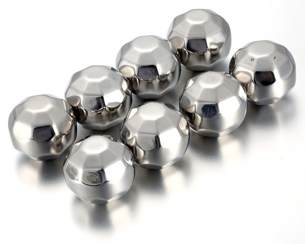 Набор из восьми охлаждающих камней Whiskey Stones Diamond — отличное приобретение в каждый дом и оригинальный подарок кому угодно! (нажмите на фото для увеличения)