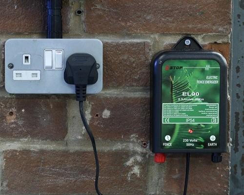 Генератор электрических импульсов запитывается от обычной розетки переменного тока