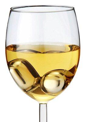 Охлаждающие жемчужины в бокале с вином