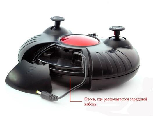 Пульт дистанционного управления: на фото показан отсек, где располагается кабель для подзарядки игрушки