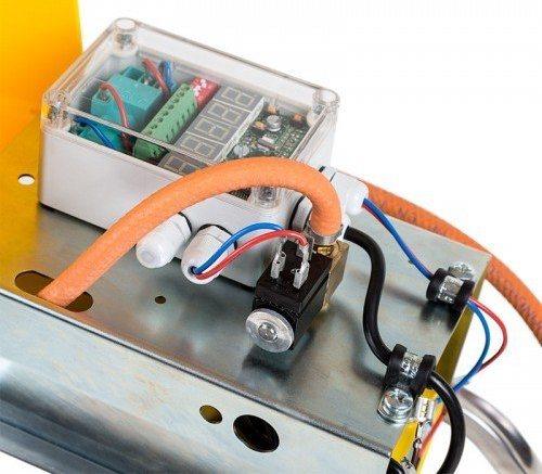 Панель управления оснащена цифровыми светодиодными индикаторами<