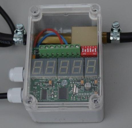 Для настройки времени работы отпугивателя под прозрачной крышкой электронного таймера имеется LED-индикатор и микропереключатели