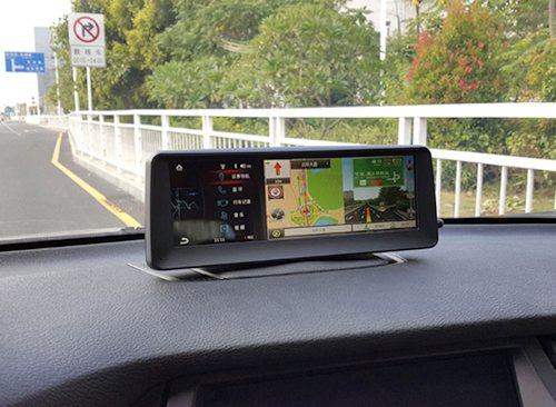 На экране одновременно видео с камеры и навигационная карта